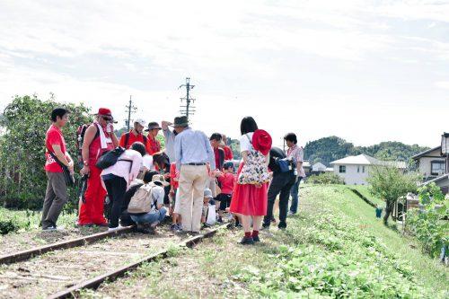 廃線となった八百津線跡を巡るコース。元鉄道マンだった地域の方の解説に、多くの方が耳を傾けていました。