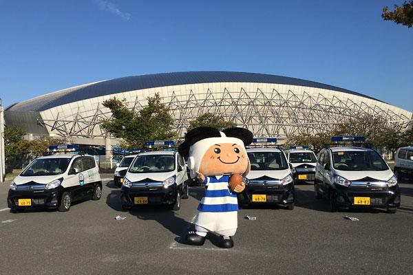 東大阪市で新たに稼働する青パトと「トライくん」