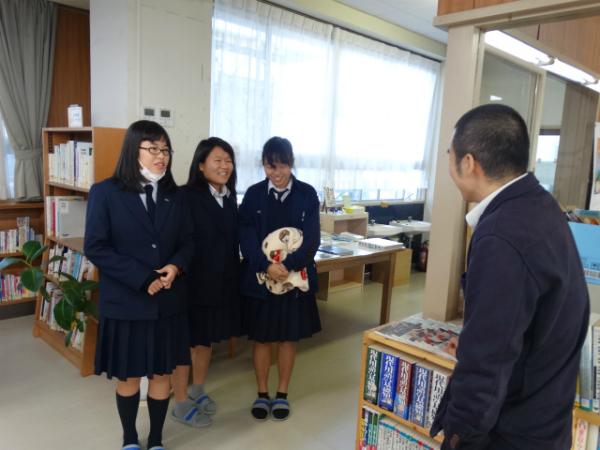 島前高校の図書館で女子高生と語り合う岩本さん
