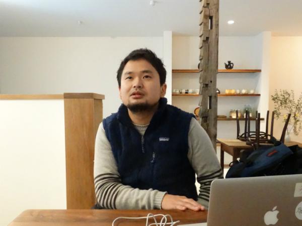 コモンズ・カフェでインタビューに答える田村さん