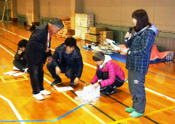 日本財団が昨年12月、別府市亀川地域で実施した「被災者支援拠点」の運営訓練で指導に当たる村野さん