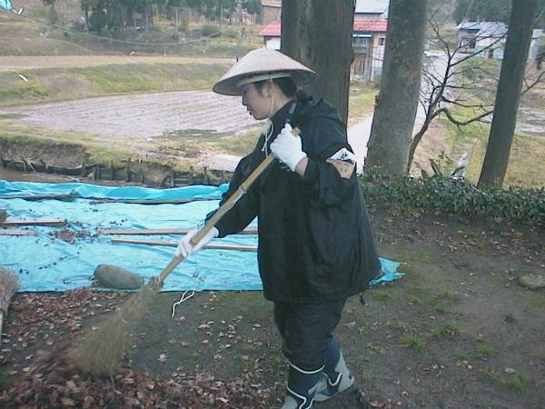 04年の新潟県中越地震の時の村野さん。地域の人がかぶっていた笠を隣町まで買いに行き、かぶって作業をすることで地域の人が親近感を持って話をしてくださったそうです(写真提供:村野さん)