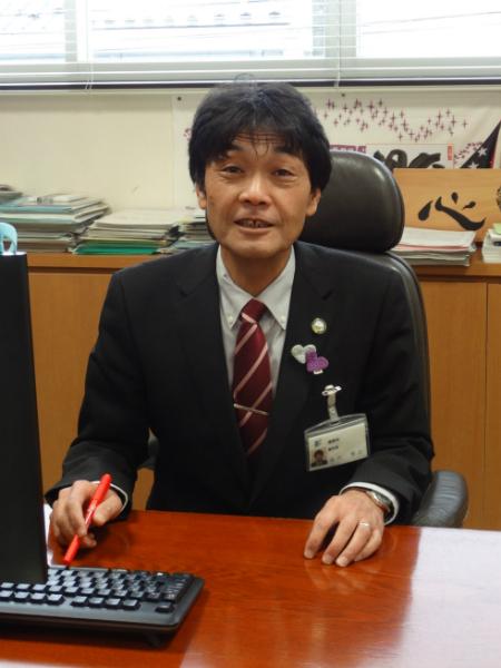 市役所でインタビューに答える飛内副市長