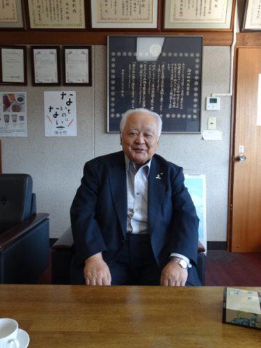 町長室でインタビューに答える山内・海士町長