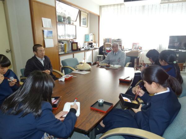 常松校長(中央)と弁当を食べながら話し合う女生徒たち。左は岩本さん