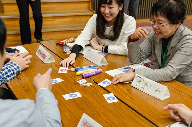 カードゲームを通じ、市民を交えて熊本地震を対話で振り返った