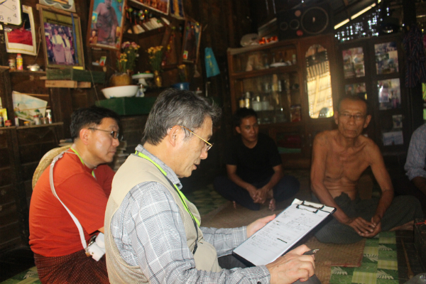 地元の民家にあがり生活調査をする(左から)井出壹也先生と角町正勝先生