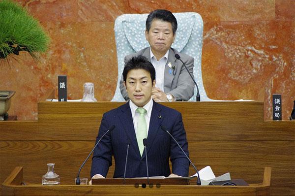 神奈川県議会で発言する中谷氏