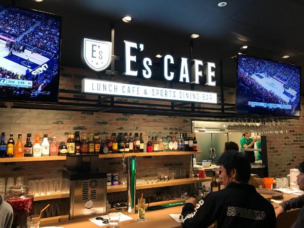 E's CAFEのカウンター。大型ビジョンでは世界のスポーツ中継が放映される