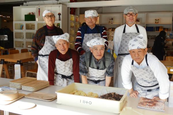 カフェ開店前に集まり、気合を入れる神戸パンじぃ6人衆