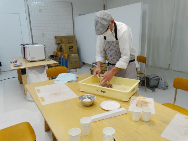 パンをつくりながら、団塊の世代の心意気を語る益田さん