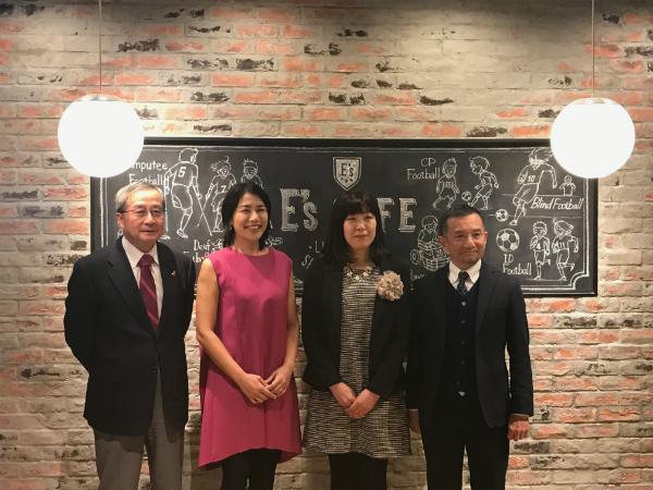 記者会見での集合写真。左から、日本財団の尾形武寿理事長、奥山佳恵さん、オーナーの神一世子代表理事、株式会社クリエイティブヘッズの山田崚資取締役