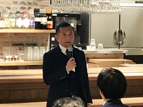 あいさつする株式会社クリエイティブヘッズの山田崚資氏
