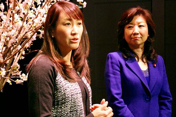 杉山愛さん(左)と野田聖子議員
