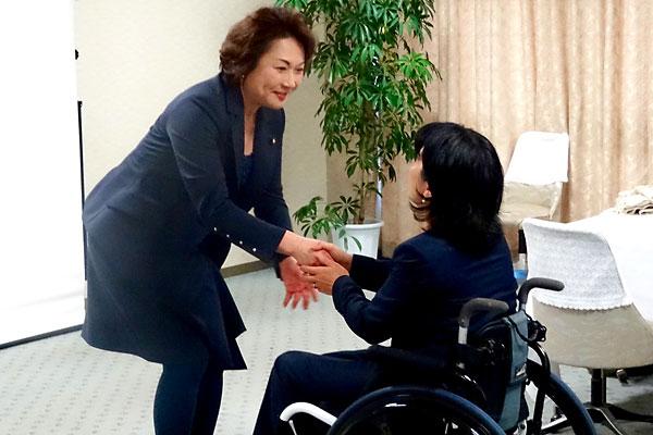 控室で握手を交わす高階氏と田口氏
