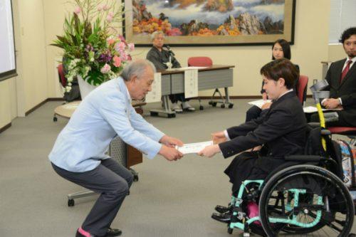 日本財団の笹川陽平会長から奨学生証書を授与