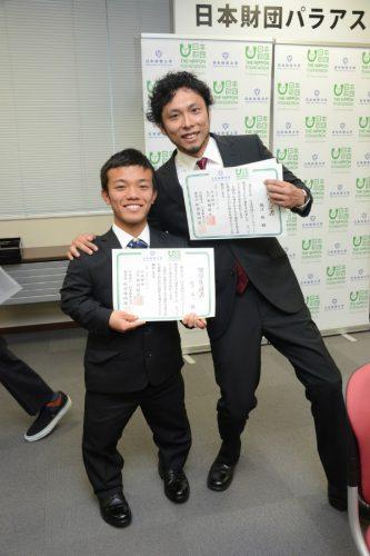 証書を手に笑顔の奨学生