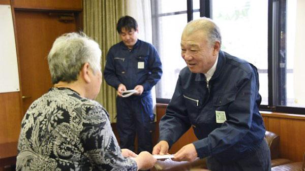 西原町で弔慰金を手渡す笹川陽平 日本財団会長