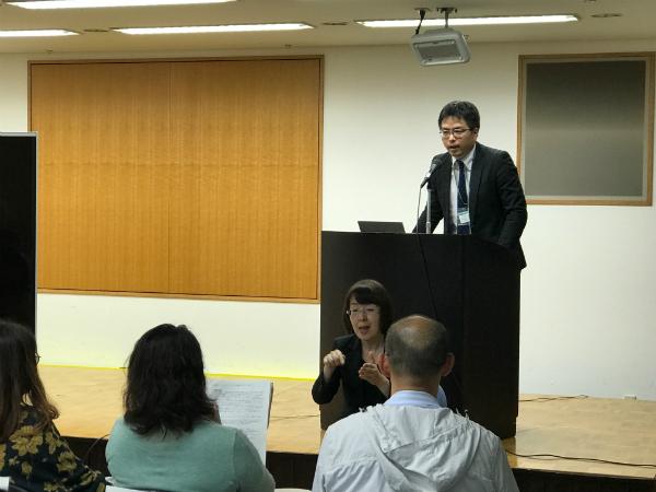 制度の概要を説明する担当者の花岡隼人