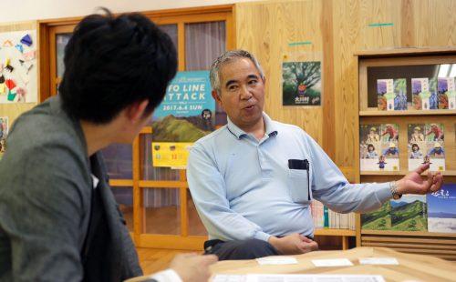 休日にインタビュ―に応じる和田知士村長(58)