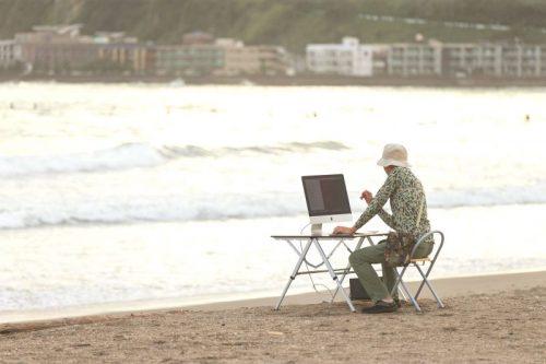 浜辺でパソコン