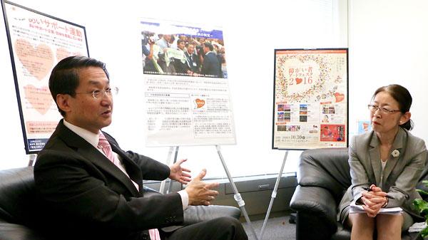 平井伸治 鳥取県知事(左)と村木厚子 元厚生労働事務次官