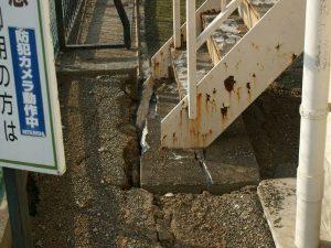 本館非常階段の土台にできた地割れ(写真提供:第二明星学園)