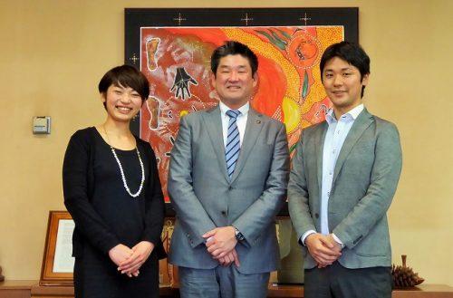 奈良市の仲川市長(中央)と加藤さん(右)