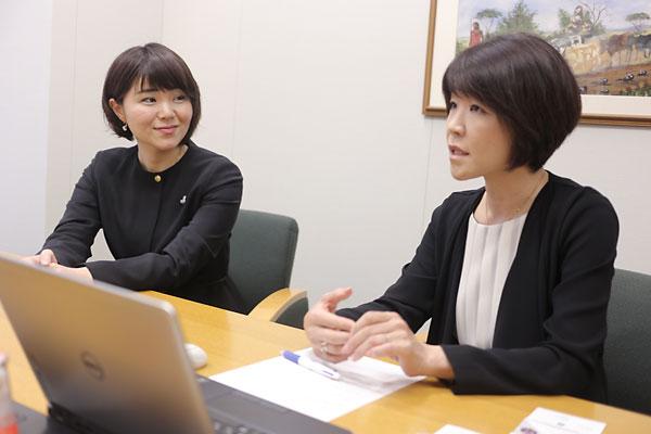 波多野麻美理事長(左)と西山和枝リーダー