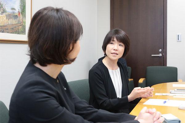 波多野麻美理事長(左)と西山和枝リーダー3