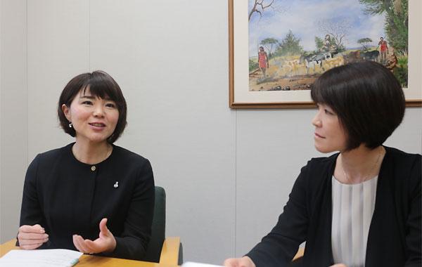 波多野麻美理事長(左)と西山和枝リーダー4