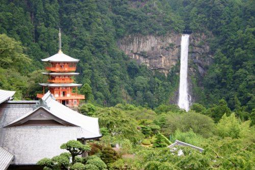 那智山青岸渡寺の三重塔と那智滝