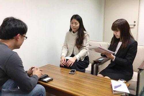 学生スタッフがインタビュー
