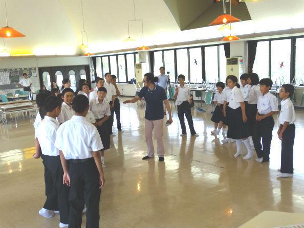 斉藤副芸術監督(中央)の指導で楽しそうに表現活動をする生徒たち