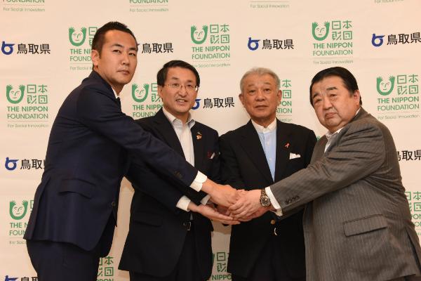 事業発足に当たり記念撮影する左から中矢社長、平井知事、笹川会長、廣田会長