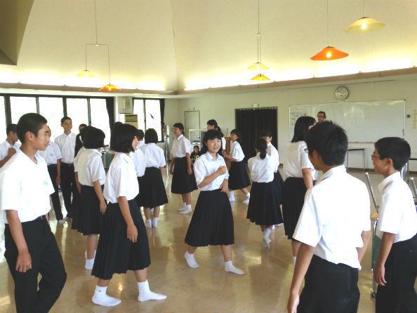 リーダーの指示で嬉々として動き回る生徒たち