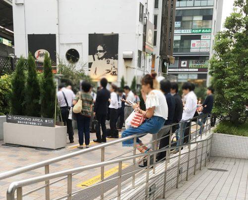 中目黒駅前の指定喫煙所。「植栽の内側で」と掲示されているが、とても収まらない状況