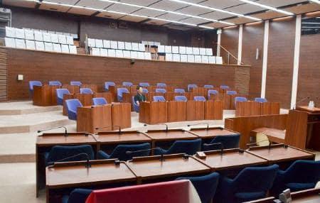議員気分で映画鑑賞も 秦野市議会議場の多目的利用
