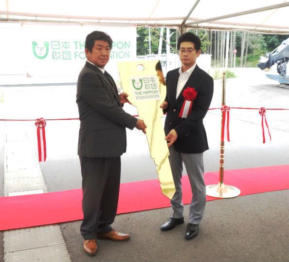 番屋の大型レプリカ・キーを海野・常務理事が石森・東部支所運営委員長に贈呈