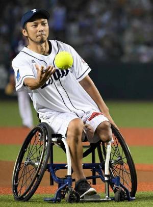 プロ野球の試合で始球式(2016年、埼玉・西武プリンスドーム)