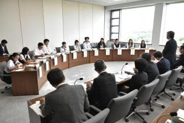 模擬議会で県政ただす 高校生議員、政策を提言