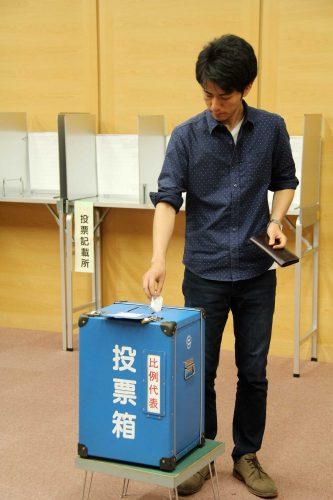 期日前投票所を利用する学生(昨年6月27日、中央図書館で)