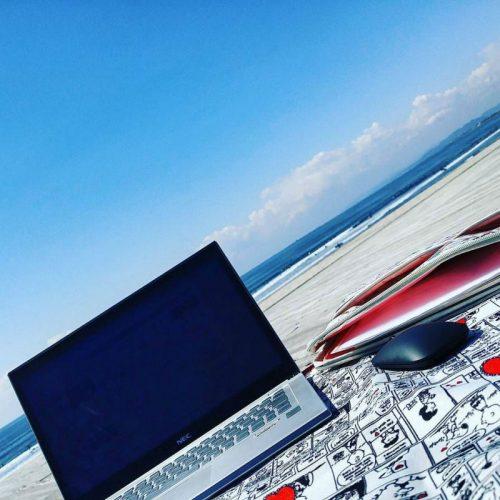 海辺でパソコン