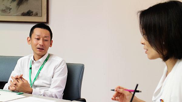 沢渡一登さん(左)と清家あい議員