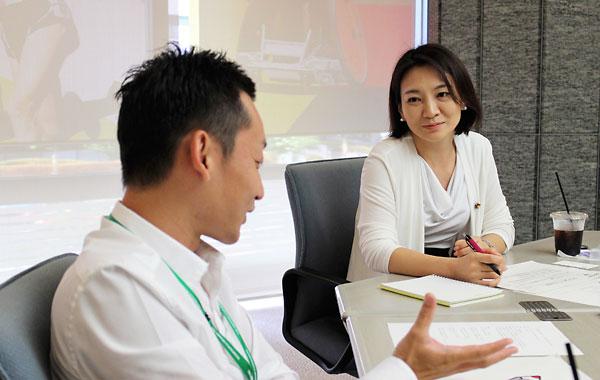 ROCKETのプロジェクトマネージャーを務める沢渡一登 日本財団公益事業部国内事業開発チームリーダー(左)、清家あい港区議会議員
