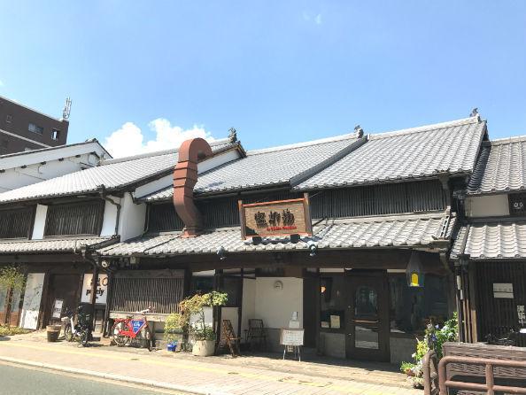 最近改装してレストランなどを開店した唐人町通りの町屋