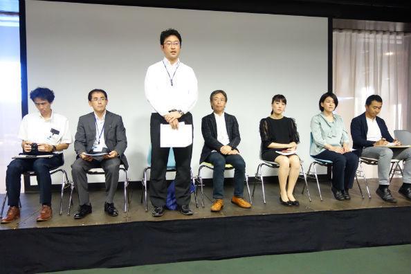 記者会見の様子。立ち上がって説明するのは、渋谷区教育委員会の鴨志田暁弘・教育振興部長