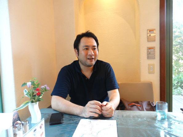 インタビューに答える吉野事務局長