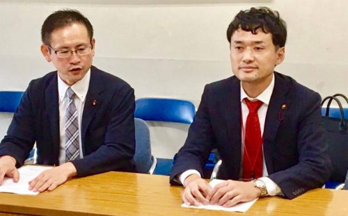 ギャンブル依存症対策地方議員連盟代表の岡大田区議(右)と大岩横浜市議