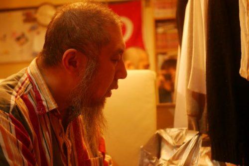 マグリブ礼拝をする中田先生。マグリブとは日没後にムスリムが行う礼拝のこと